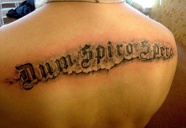 татуировка на спине в виде надписи